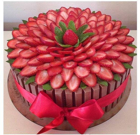 bolo decorado com morangos