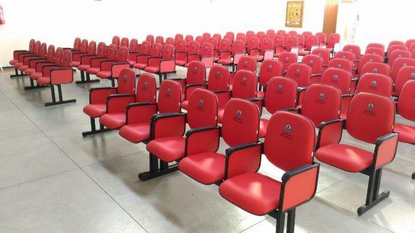cadeiras estofadas para igrejas